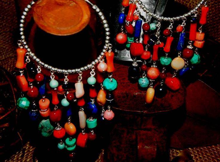 Argento ornato con corallo bambu', lapislazzuli, turchese. Orecchini in pietre semi preziose assemblate da Mi D'Ona - bijoux gioello (vendi anche su Facebook). Pietre blu rosse e turchesi