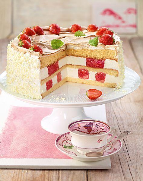 Rhabarber-Erdbeer-Baiser-Torte Fruchtige Sahnetorte für festliche Anlässe im Sommer