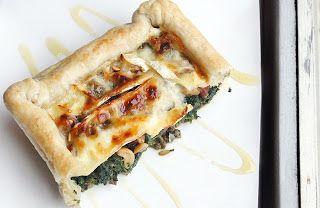 Gewoon wat een studentje 's avonds eet: Een ode aan Euroshopper: Hartige taart van bladerdeeg, pesto, gehakt, spinazie, notenmix, brie en ho...