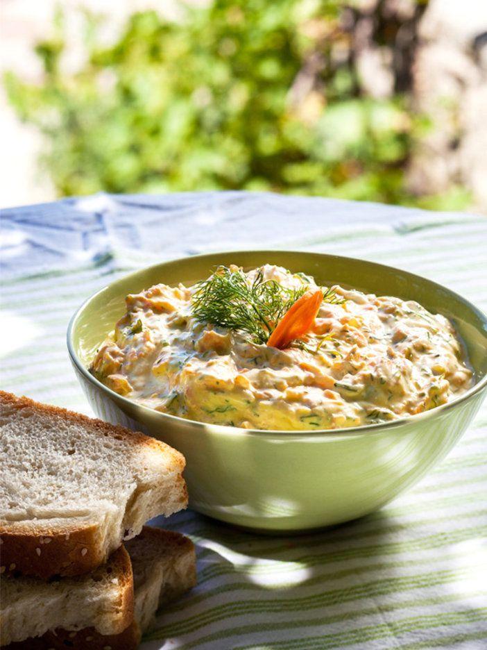 通常はキュウリを使うところ、キャロットで作ってみたギリシャの定番メニューザジキ。前菜のディップとしてパンにつけても良いし、肉料理のソースにもなる。簡単で素早くでき、ヘルシーなのでたくさん食べても気にならないのが嬉しい。|『ELLE a table』はおしゃれで簡単なレシピが満載!