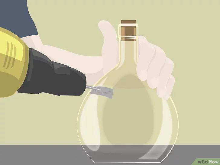 Aprende a hacer una pipa de agua con una botella de licor vía es.wikihow.com