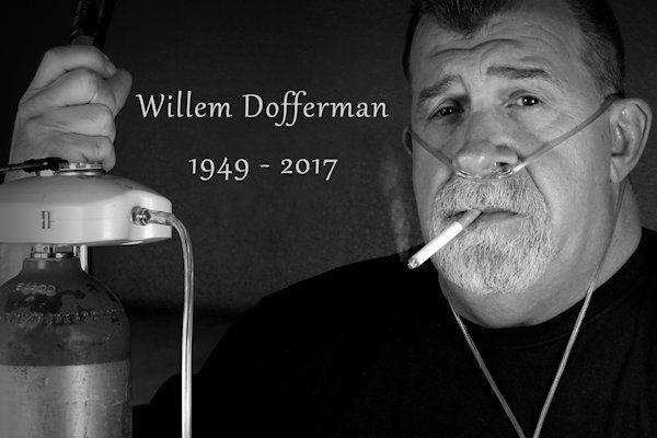 """Vanuit het hele land is geschokt gereageerd op het plotselinge overlijden van Willem Dofferman. Ondanks dat hij zijn hele leven rookte, werd Willem slechts 67. Willem Offermans werd in de loop der jaren een bekend gezicht in Rotterdam. Bij de uitvaartdienst halen vrienden en familie herinneringen op. """"Telkens als het mooi weer was, zat Willem op het bankje tegenover station [...]"""