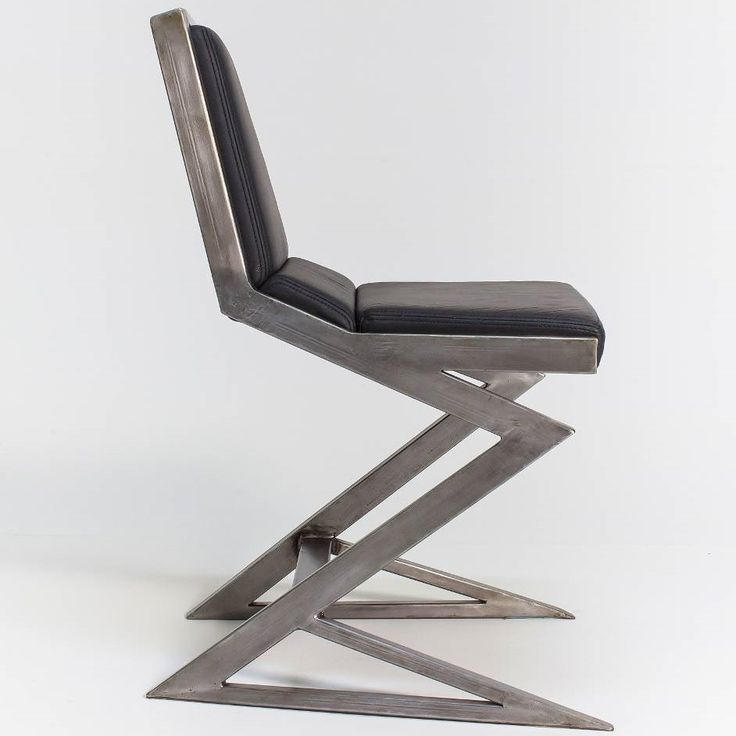 Projekt: Urszula Kalczyńska, Graf-it design.  Ergonomiczne krzesło o futurystycznym wyglądzie.  Surową, stalową konstrukcję dopełnia miękkie siedzisko ze skóry.