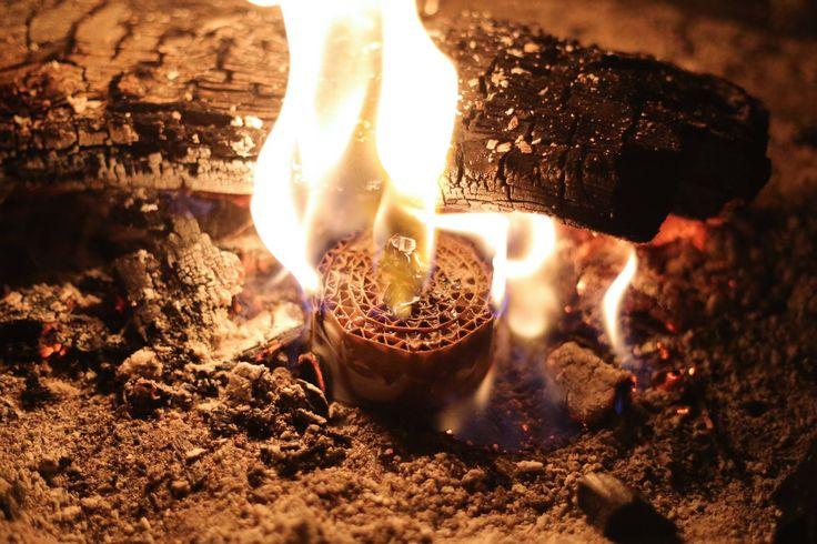 Voici comment fabriquer un allume feu avec du carton, une canette et des vieilles bougies. Il se consume pendant plus de 30 minutes ! Idéal pour emmener en camping ou pour un séjour en extérieur.
