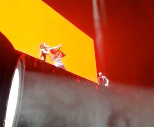 Lil Wayne & Drake Bring Out 50 Cent In Hartford, Connecticut On Their Joint Tour- http://getmybuzzup.com/wp-content/uploads/2014/08/350251-thumb.jpg- http://getmybuzzup.com/lil-wayne-drake-bring-out-50/- By Danny M Tonight in Hartford, Connecticut at the XFINITY Theatre, Lil Wayne and Drake brought out G-Unit's 50 Cent, Kidd Kidd and Young Buck. The winner of tonight's show was Drizzy, which makes the total score 3-2 to Wayne. You can watch a few Instagram clips o