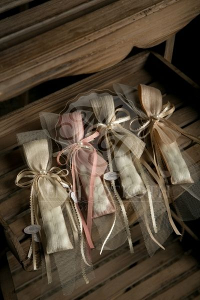 Μπομπονιέρες γάμου σε vintage ύφος πουγκάκι με τούλι, σατεν κορδέλες και πέρλα