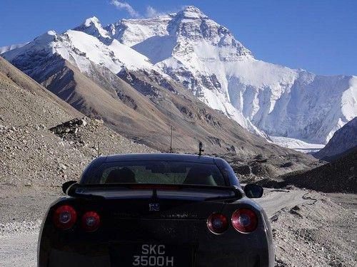 Mendaki Gunung Everest dengan Mobil Nissan GT-R