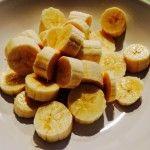 Snij 2 bananen in stukjes.