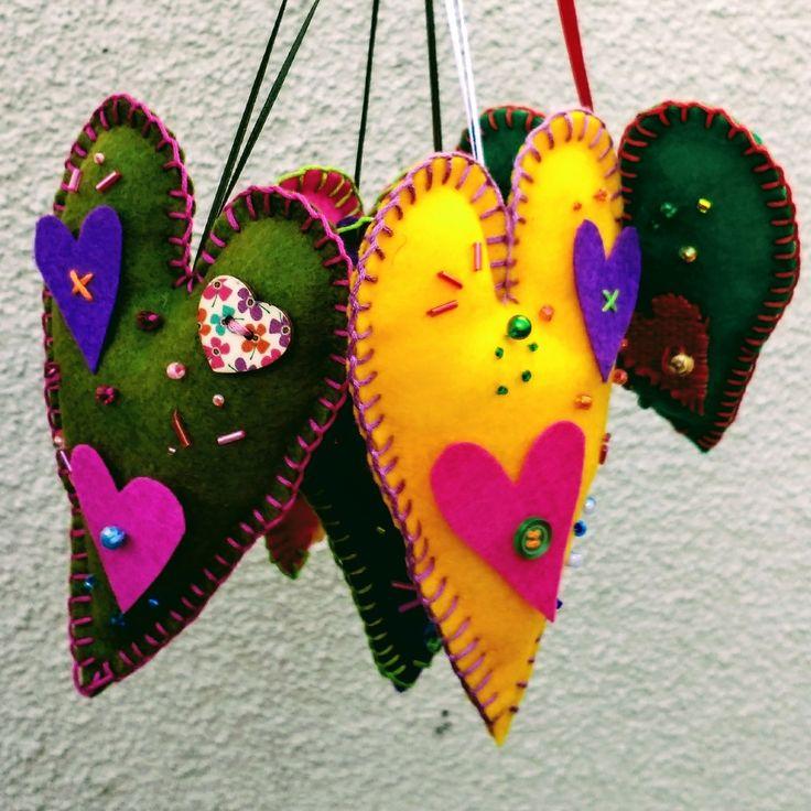 Corazones de color!!! Colgantes @chicoca_deco #corazon #fieltro #pañolensi #bordado #colgantes #adornos #colores