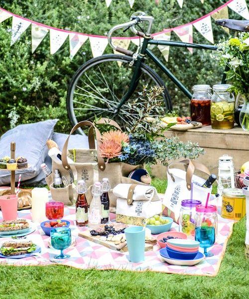春のあたたかい陽気にはピクニックに出かけたくなりますね。晴れた日に綺麗な花や緑に囲まれてピクニックをすると気持ちよく、心も身体もリフレッシュできますよね。キャンプ用品やアウトドアにも欠かせない素敵なレジャーシートは、より楽しい時間を演出してくれます。お気に入りのレジャーシートを持ってピクニックに行きませんか?