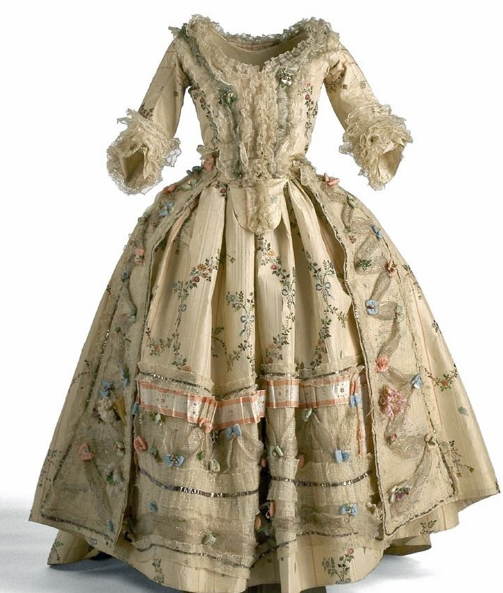 Gown, Spain, 1780, taffeta, linen, silk. Chinese polychrome floral decoration. (c) Museo del Traje. Inventario CE015368A