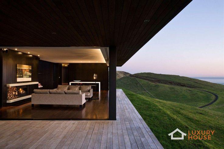 Резиденция на пляже Муриваи в Новой Зеландии  Parihoa House, прекрасный частный дом на холме над пляжем Муриваи в Новой Зеландии, привлекает внимание благодаря современным линиям и материалам, резко контрастирующими со спокойным окружающим ландшафтом. Однако темное дерево стен и огромные окна специально выбраны архитекторами Pattersons Associates в качестве элементов, адаптирующих дом к местности. Открытая планировка гостиных, семейных комнат, просторных спален вкупе с удобной мебелью и…