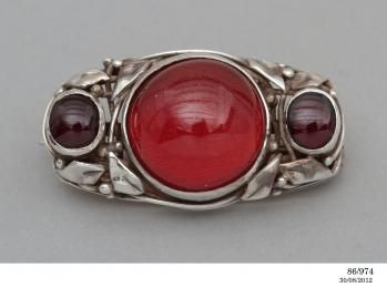 86/974 Brooch, silver and cherry amber designed and made by Rhoda Wager/Dorothy Judge, Australia, c. 1938 - Powerhouse Museum Collection