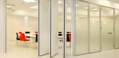 Crea mayor unidad en el equipo separando los distintos departamentos con cortinas de vidrio.
