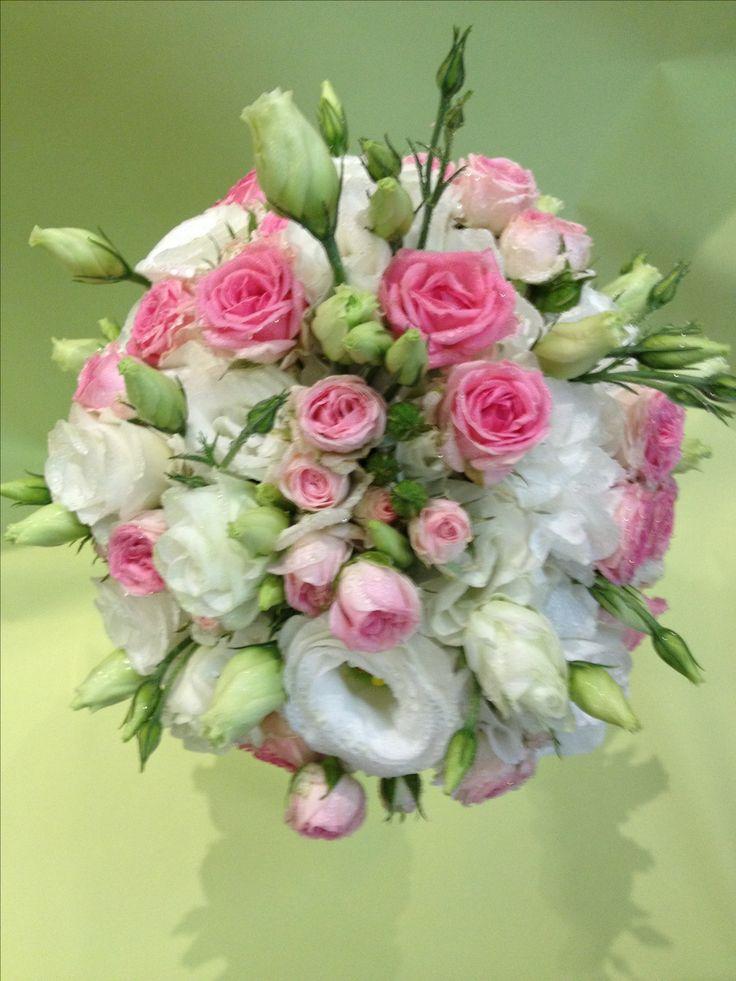 Bouquet da sposa con ortensia bianca e roselline rosa intenso...