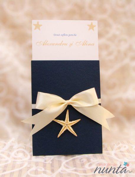 Invitatie de nunta Del Mar bleumarin. Un model cu tematica marina, accesorizat cu steluta de mare si fundita satinata.