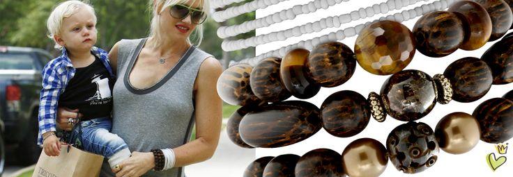 Die Amerikanische No Doubt Sängerin Gwen Stefani kommt mit Ihrem Sohn von einer Shoppingtour in Los Angeles. Sportlich-lässig kombiniert sie Jeans, Top und trendige Armbänder aus kleinen Glas- und Holzperlen. © Image Bullspress