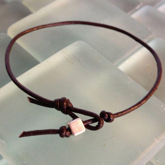 B401SV-LBN Simple 01 Argentée Bracelet Cuir - Maron    - Perle TierraCast Argentée 4mm  - Cordon en cuir  - Sac en toile 3x4 pouces-. sac en toile de 100% coton (fibre Naturelle) avec cordon  - 17.78 cm femme (7 pouces)  - 20.32 cm homme (8 pouces)  - Sur mesure (spécifier votre préférence à lachat)    Bracelet fabriqué à la main    EMBALLAGE CADEAU PETIT $4 - https://www.etsy.com/listing/124970334/g0sm-gift-wrap-small-handwoven-pouch?langid_override=3 - (spécifier votre préférence à lachat…