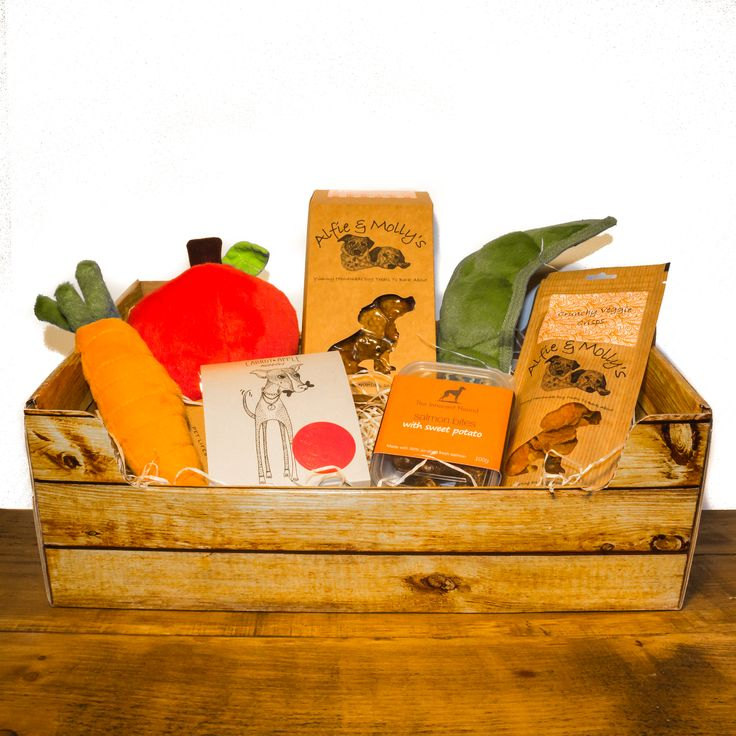 Doggie Fruit and Veg: Healthy eating can be fun! The Doggie Fruit and Veg Box is The Artisan Pet Deli's fun take on the classic organic produce boxes. Presented in a crate-style card box with wood wool shred, your dog can enjoy more than their five a day with three squeaky veg toys, Carrot and Apple Nibbles, Veggie Crisps, Duck and Strawberry Hearts, plus Salmon and Sweet Potato bites.