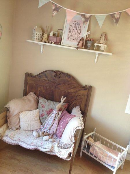 barnrum,soffa,lantligt,kuddar,maileg,mailegkanin,docksäng,docka,hylla,dockvagn,tavla