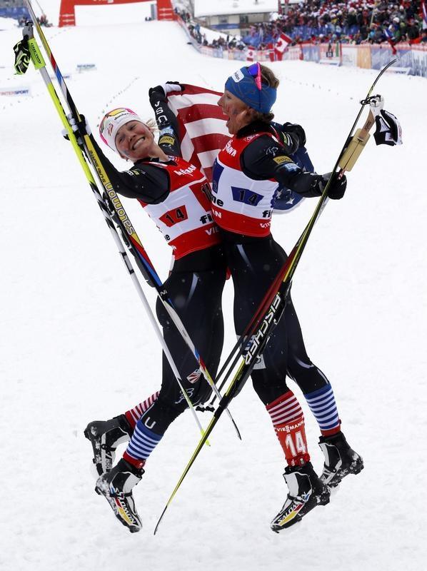 Bauchklatscher: Jessica Diggins (l) und Kikkan Randal bejubeln ihren Erfolg auf ihre ganz eigene Art. Das Damen-Duo gewann das erste Langlauf-Gold für die USA in der WM-Historie. (Foto: Grzegorz Momot/dpa)