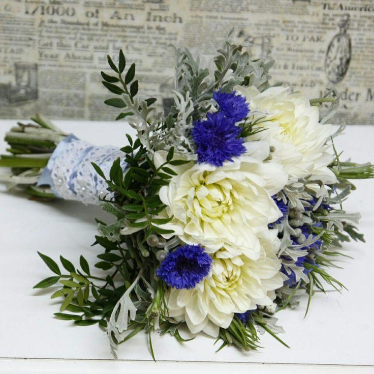 Летний букет невесты из георгинов и васильков