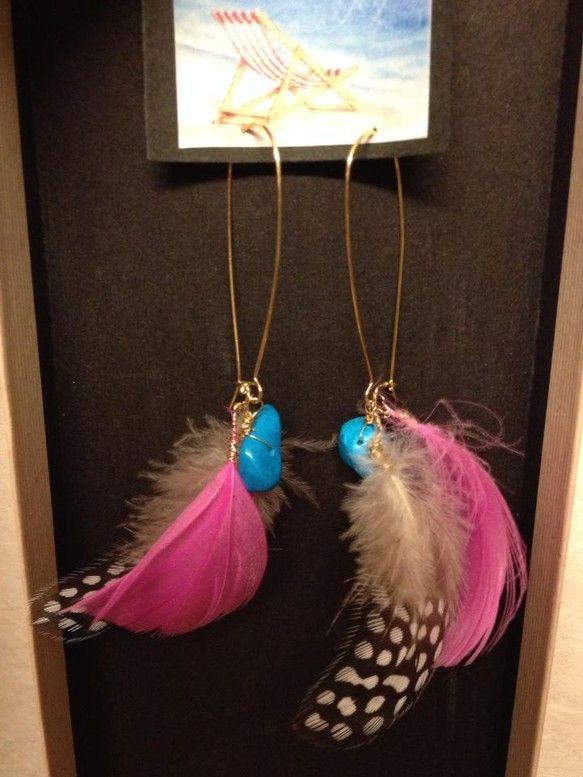 2種類の羽とターコイズがポイントのピアスです|ハンドメイド、手作り、手仕事品の通販・販売・購入ならCreema。