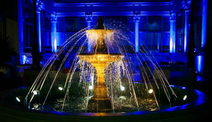 Mi salón decorado. Recepción en el patio del salón de la Fuerza Aérea Argentina. Decoración de bodas con luces. Fuente de agua iluminada. Wedding decoration. Ballroom. Lighted water fountain