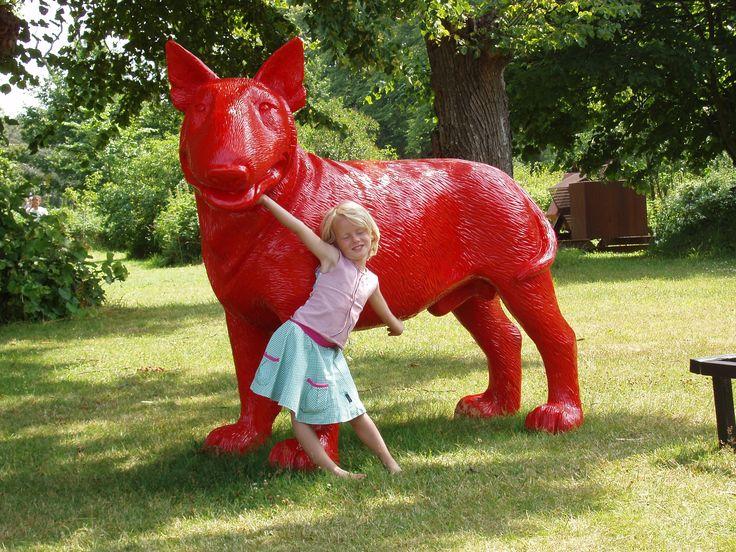 Anna met de rode hond Marsvinsholm Sculpture Park - Sweden