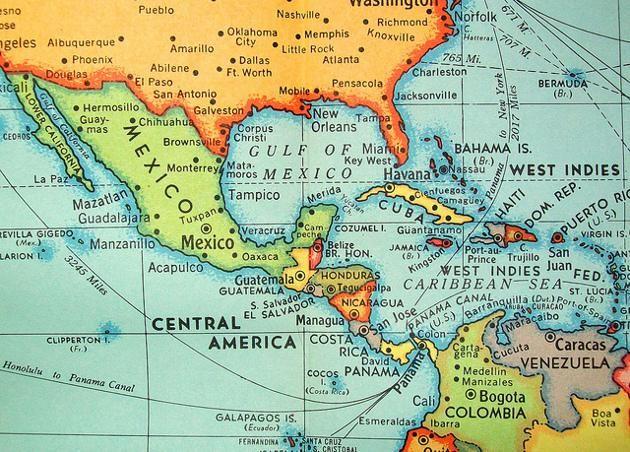 América es el segundo continente más grande del mundo, después de Asia. Geográficamente se puede dividir entre América del Norte, América Central, América del Sur y el mar Caribe y las Antillas. Políticamente está dividido en 35 países independientes, y cuenta además con 25 territorios dependientes de otros