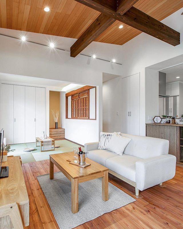 ㅤ ホワイトの壁に無垢材の床や天井そしてㅤ ブラウンの立派な梁がかっこいいリビング ㅤ 白は清潔感があり綺麗なイメージですがㅤ 天井や壁床も全て白だと面白味にかけㅤ 空間が