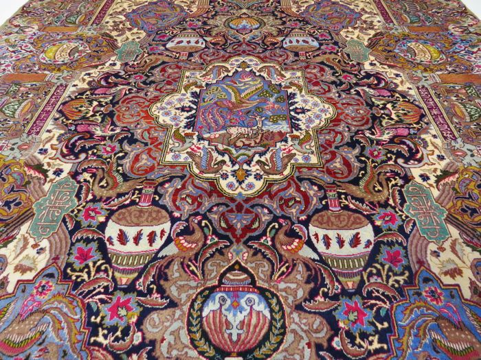Prachtig mooi Perzisch tapijt Kashmar / Iran 395 x 295 cm goud kleuren halve antieke ca. 1970 topconditie Koninklijk Paleis tapijt  KashmarIranNr.395 x 295 cm100% wol op 100% katoenLeeftijd: 45-50 jaar semi-antiekeCa. 250.000-300.000 knopen per vierkante meterHet tapijt was onlangs ecologisch schoongemaakt door een deskundige op de site met behulp van de traditionele methode. Het kan onmiddellijk worden gebruikt.Het tapijt is over het algemeen in een goede gebruikte staat.Met certificaat van…