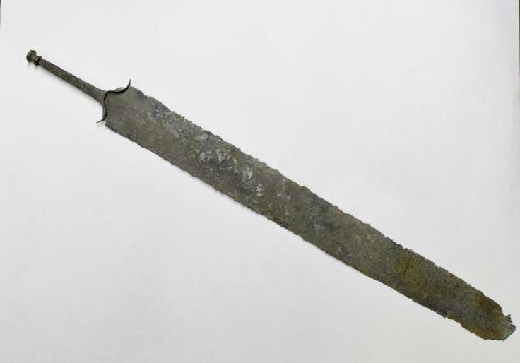 Miecz lateński  Żelazny miecz lateński z okresu przedrzymskiego (ok. I w. p.n.e.). Jest przypuszczalnie pochodzenia celtyckiego, o czym świadczy charakterystyczny dla Celtów znak płatnerski. Znalezisko prawdopodobnie wydobyto z jednego z jezior pod Bydgoszczą, a do naszego Muzeum trafiło w 1975 r. Na głowni (która nie zachowała się w całości) brak śladów użytkowania, być może wykonano go jako dar grobowy?