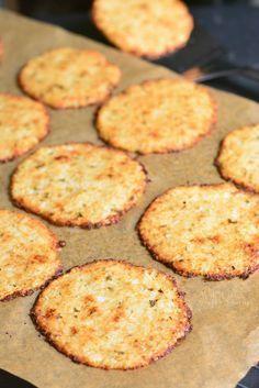 Blumenkohl-Parmesan-Chips. Erstaunlicher Blumenkohlsnack, den Kinder und Erwachs