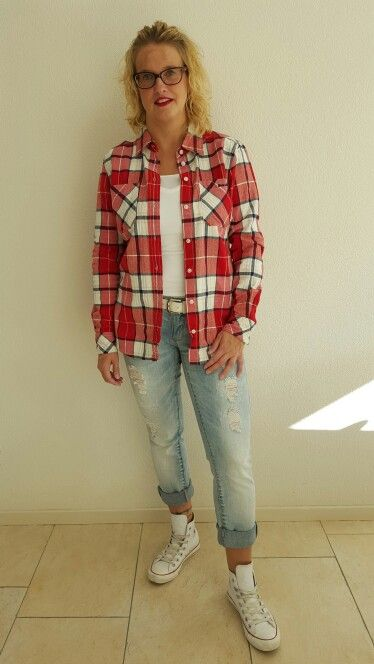 Rode houthakkersblouse met ripped jeans
