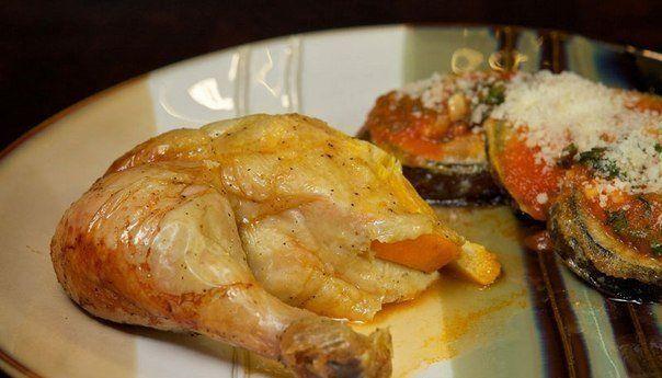 ИНГРЕДИЕНТЫ:● 1 целая курица весом 1,2-1,5 кг● 3-4 средних апельсина● 4-5 зубчиков чеснока● молотый черный перец● соль по вкусуПРИГОТОВЛЕНИЕ:1. Помойте курицу и апельсины. Разогрейте духовку до 180С.2. Положите курицу в форму для выпечки, натрите солью и молотым черным перцем внутри и снаружи.3. Нарежьте апельсины кружками. Если Вам не нравится вкус цедры, то предварительно очистите апельсины.4. Аккуратно поднимит�