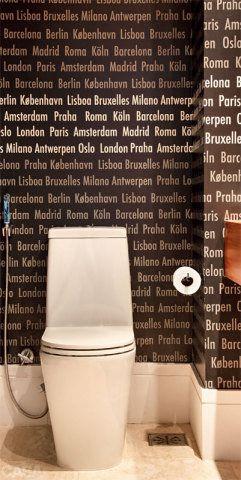 """Causa impacto o papel de parede (Orlean) com nomes de cidades europeias neste lavabo de 2,35 x 1,45 m, reformado pelas arquitetas Roberta Moura, Paula Faria e Luciana Mambrini. """"A moradora viaja muito e se identifcou com a ideia"""", conta Luciana."""