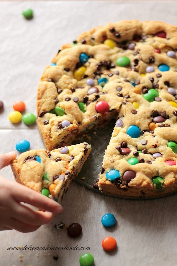 Questa ricetta è della mia amica Simona, una torta che ha la consistenza del cookie americano arricchito di arachidi, cioccolato e confett...