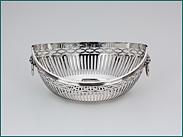Hollands zilveren bonbonmandje  2e gehalte  Afmeting 12,8 x 10 x 5,8 cm  Gewicht 114 gram  Jaarletter L = 1921  Meesterteken Hoogteiling & Presburg - Haarlem