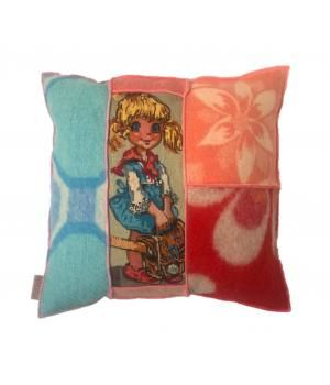 kussen bekleed met wollen dekens en een retro borduurwerk van een meisje. Afmeting van dit kussen is 55-55 cm. De achterkant bestaat uit een wollen deken met bloemenprint. Laatste foto's zijn van andere kussens. Ik maak ze ook op bestelling in andere...
