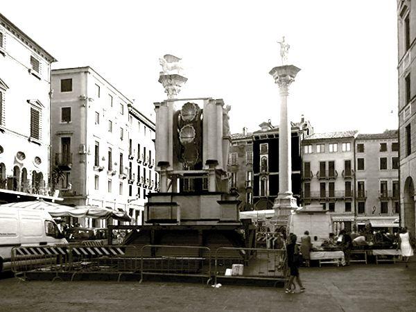 La Rua di Vicenza durante le delicate fasi di montaggio.  Per saperne di più e ammirare altre storiche immagini vai alla pagina: http://salutidavicenza.it/storia-della-rua-di-vicenza/