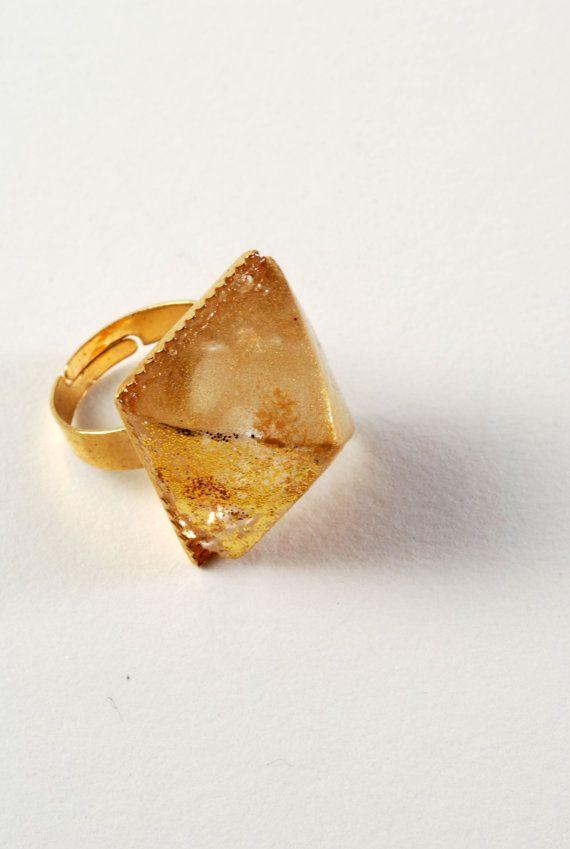 Deze unieke ring is voorzien van een hars cast van een klein sculptuur die ik heb gemaakt.  Het is gemonteerd met epoxyhars op basis van goud vergulde verstelbare ring.