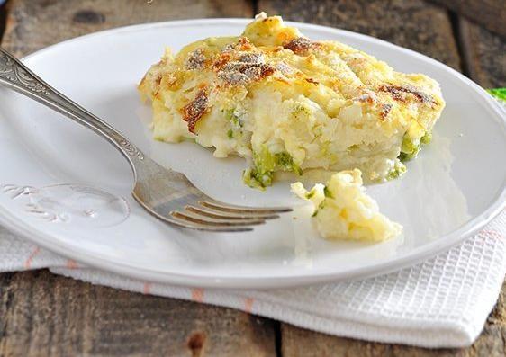 Предлагаемый рецепт удобен прежде всего тем, что капуста в нем может быть использована как свежая так и замороженная, так что выбирайте по ситуации.