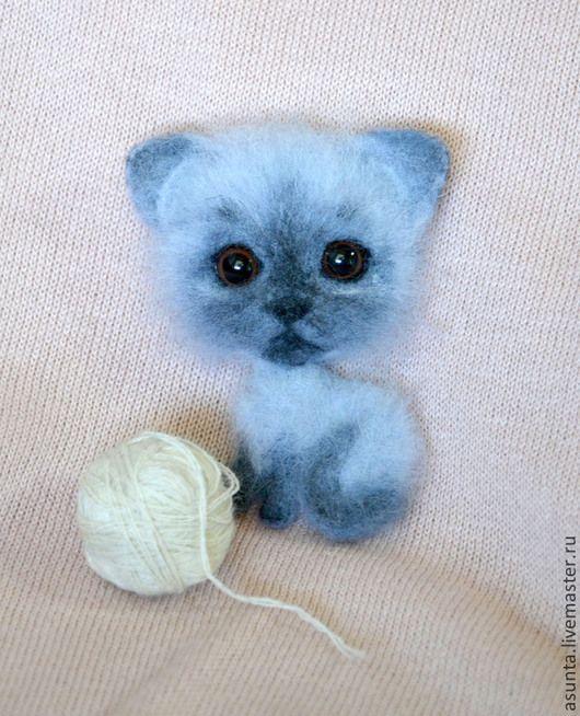 """Броши ручной работы. Ярмарка Мастеров - ручная работа. Купить Брошь валяная """"Котёнок"""". Handmade. Серый, кошка, валяная брошь"""