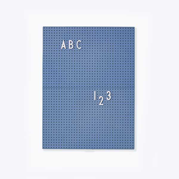 Die dänische Designerin Mette Thomsen hatte eine ganz besondere Idee: Typografie für die Wohnung. Mit Gründung ihres Labels Design Letters entwirft sie große, einfarbige Holzbuchstaben, welche die Interieur-Welt im Sturm erobern. Diese Buchstaben schmücken seither zusammengesetzt zu Namen, W...