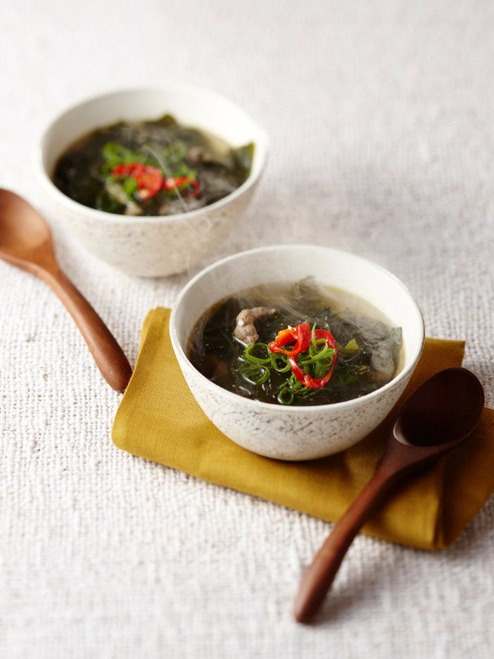 わかめと牛肉を炒めてだしをとる、ボリュームとコクのあるスープは、韓国女性の常食。ビタミンやミネラル、カルシウムにヨードを豊富に含み、栄養価が高いところから、妊婦や授乳期の母親がたくさん摂るとよいとされるそう。|『ELLE a table』はおしゃれで簡単なレシピが満載!