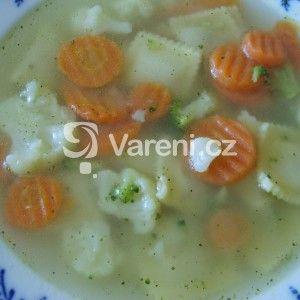 Fotografie receptu: Květáková polévka s brokolicí, mrkví a ravioli