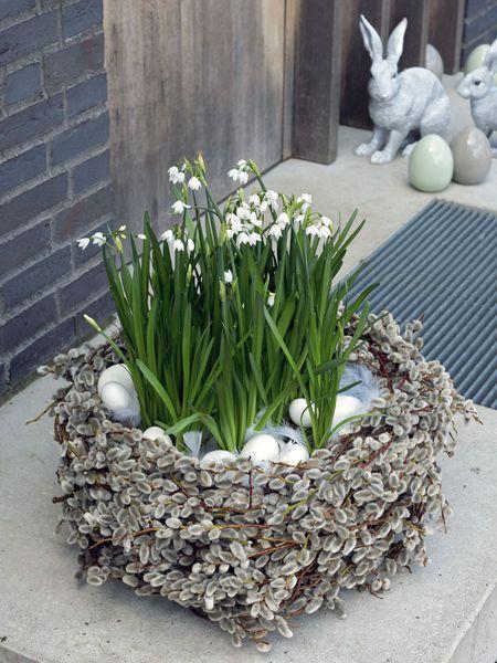 feine, einfache Osterdeko auch für den Tisch: Osternest aus Kätzchenweide mit Blumen. Idee z. B. mit Schneeglöckchen oder Narzissen...