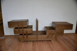 3-х ярусная шкатулка для хранения швейных принадлежностей. Выполнена из натурального дуба. Коробка швейная имеет 5 отдельных ящиков. Четыре верхних ящика размером 26,5см * 32,5см * 9см. Нижний ящик  …