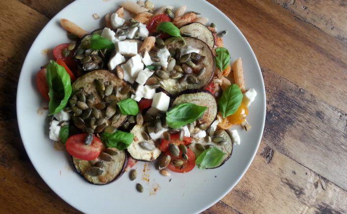 Vegetarische pasta met rode pesto, aubergine en basilicum - Happy Mood Happy Food